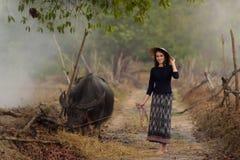 Азиатская женщина нося типичное (традиционное) тайское платье Стоковые Фотографии RF