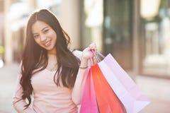 азиатская женщина покупкы Стоковые Изображения RF