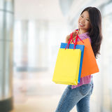 Азиатская женщина покупок стоковое изображение