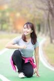 Азиатская женщина подготавливая побежать Стоковое Изображение RF