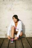 Азиатская женщина получая готовый для бежать стоковое изображение rf
