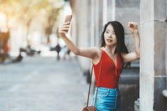 Азиатская женщина принимая selfie outdoors стоковые фотографии rf