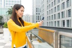 Азиатская женщина прочитала сообщение мобильного телефона Стоковое Изображение RF