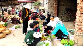 Азиатская женщина продавая банан в рынке Стоковые Изображения RF