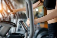 Азиатская женщина работая в спортзале Стоковые Фотографии RF