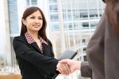 азиатская женщина рукопожатия Стоковые Изображения RF