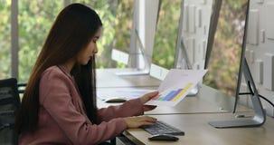 Азиатская женщина сидя перед группой в составе компьютер сток-видео