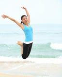 Азиатская женщина скача на пляж Стоковое Изображение RF