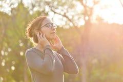 Азиатская женщина слушает к музыке стоковые изображения rf