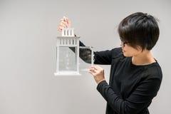 Азиатская женщина смотря пустой белый винтажный фонарик свечи Стоковые Фотографии RF