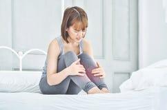 Азиатская женщина с болью ноги стоковое изображение rf