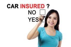 Азиатская женщина с вопросом застрахованного автомобиля Стоковые Фото