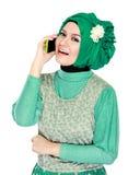 Азиатская женщина с головным шарфом вызывая мобильным телефоном Стоковое Изображение