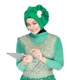Азиатская женщина с головным шарфом вызывая мобильным телефоном Стоковые Изображения