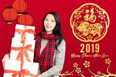 азиатская женщина с китайской концепцией 2019 Нового Года Китайское tex стоковая фотография