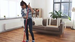 Азиатская женщина с полом и очищать уборки веника сток-видео