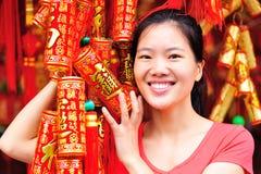 Азиатская женщина с поддельными crakers стоковая фотография rf