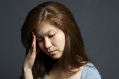 Азиатская женщина с думать головной боли Стоковое фото RF