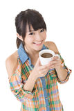Азиатская женщина с чашкой кофе или чаем. стоковые изображения
