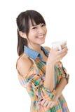 Азиатская женщина с чашкой кофе или чаем. стоковое фото rf