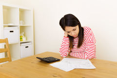 Азиатская женщина тревожится о расходовании Стоковое Изображение