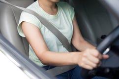 Азиатская женщина управляя автомобилем с ремнем безопасности дальше для безопасности Стоковая Фотография