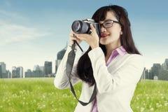 Азиатская женщина фотографируя используя цифровой фотокамера Стоковое Фото