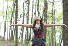 азиатская женщина хода листьев стоковое изображение rf