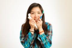 Азиатская женщина чистя ее зубы щеткой Стоковое Фото