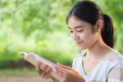 азиатская женщина чтения книги Стоковые Изображения RF