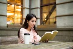 азиатская женщина чтения книги Стоковые Фото