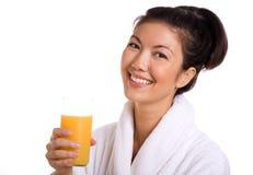 азиатская здоровая женщина oj удерживания Стоковое Изображение RF