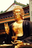 Азиатская золотая статуя Гаутама Будда, буддийская статуя в китайском виске буддизма стоковые изображения