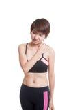 Азиатская здоровая девушка получила боль плеча стоковые фото