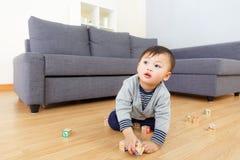 Азиатская игра ребёнка с блоком игрушки стоковое изображение
