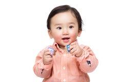 Азиатская игра ребёнка с блоком игрушки стоковые изображения rf