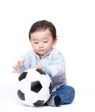 Азиатская игра ребёнка с футболом стоковая фотография