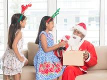 Азиатская индийская семья празднуя Рождество Стоковое Изображение