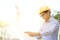 Азиатская индийская мужская светокопия чтения инженера подрядчика Стоковое фото RF