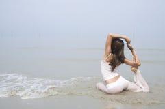 Азиатская йога девушки на пляже Стоковые Фотографии RF
