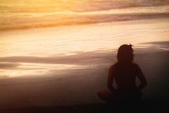 Азиатская йога женщины на пляже Стоковое фото RF