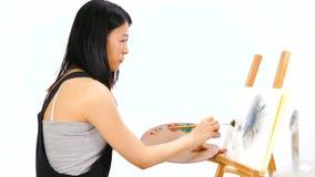 Азиатская картина художника на мольберте видеоматериал