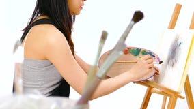 Азиатская картина художника на мольберте акции видеоматериалы