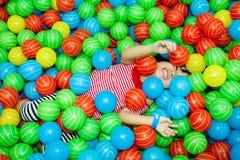 Азиатская китайская девушка в бассейне шарика Стоковые Изображения RF