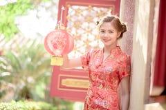 Азиатская китайская женщина в бумаге красного цвета владением традиционного китайския Стоковое Фото