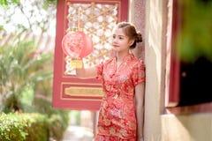 Азиатская китайская женщина в бумаге красного цвета владением традиционного китайския Стоковые Фото