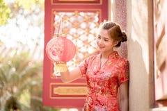Азиатская китайская женщина в бумаге красного цвета владением традиционного китайския Стоковая Фотография
