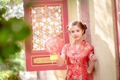 Азиатская китайская женщина в бумаге красного цвета владением традиционного китайския Стоковое Изображение RF