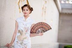 Азиатская китайская женщина в владении традиционного китайския дуя бумагу Стоковое Изображение