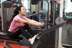 Азиатская китайская женщина в женщине ŒFitness ¼ ï спортзала делая трицепс работает в спортзале Привлекательный, взрослый Стоковое фото RF